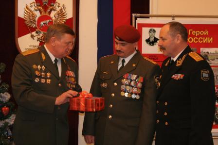 Поздравление командира части полковника Д. В. Черепанова с 30-летием отряда «Витязь»